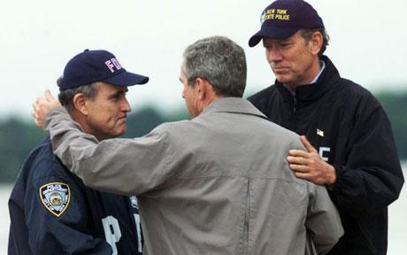 Le président George W. Bush avec Rudy Giuliani, maire de New York (à gauche) et George Pataki, gouverneur de New York (à droite) quelques jours après les attentats du 11 septembre 2001