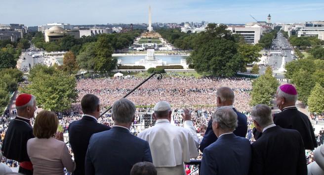 Le pape salue la foule depuis l'un des balcons du Congrès, à Washington