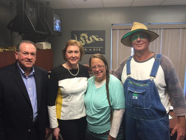 De gauche à droite: Mike Huckabee, l'avocate de Kim Davis, Kim Davis et son mari. (Source: Twitter)