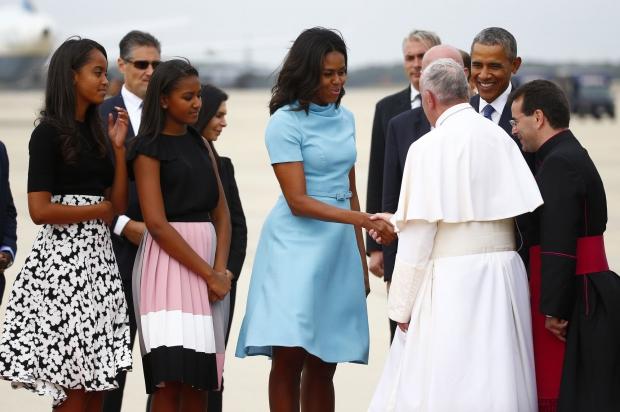La famille Obama accueille le pape François à son arrivée à Washington