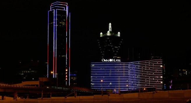 Building arborant les couleurs du drapeau français à Dallas, Texas