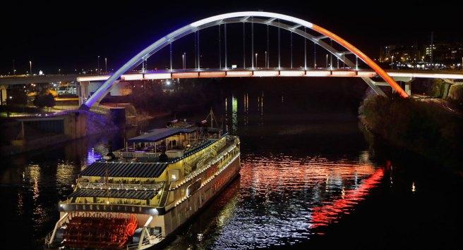 Pont arborant les couleurs du drapeau français à Nashville, Tennessee