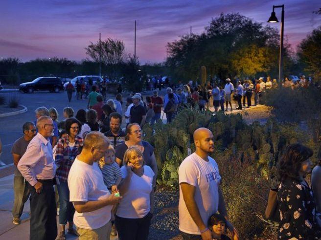 La file devant un bureau de vote de l'Arizona à 19h, heure à laquelle les bureaux de vote devaient normalement fermer leurs portes.