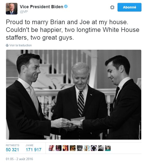 Traduction: Fier de marier Brian et Joe à mon domicile. Je ne pourrais pas être plus heureux, deux employés de longue date de la Maison Blanche, deux mecs super.