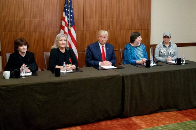 Conférence de presse de Donald Trump à St. Louis, Missouri. De gauche à droite: Kathleen Willey, Juanita Broaddrick, Donald Trump, Kathy Shelton, Paula Jones.
