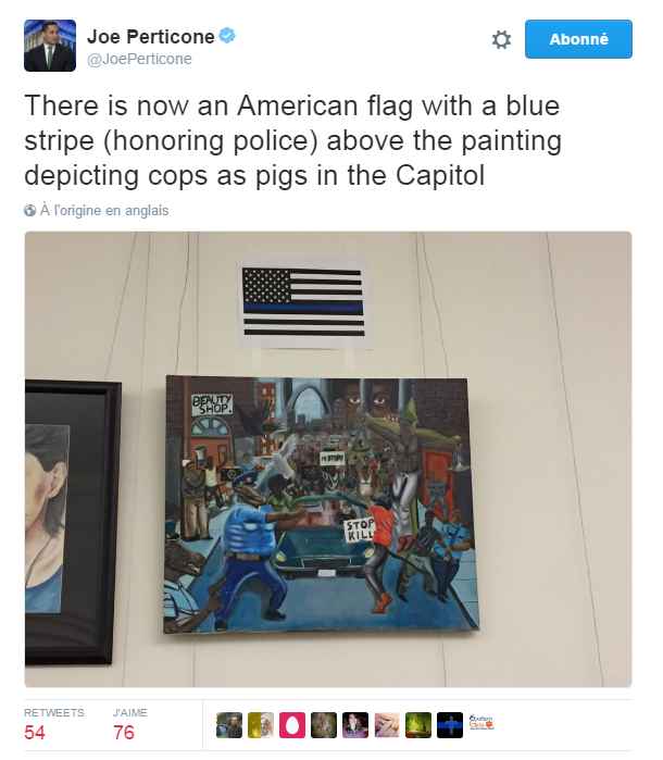 Traduction: Il y a maintenant un drapeau américain avec une bande bleue (pour honorer la police) au-dessus du tableau représentant des policiers en cochons au Capitole